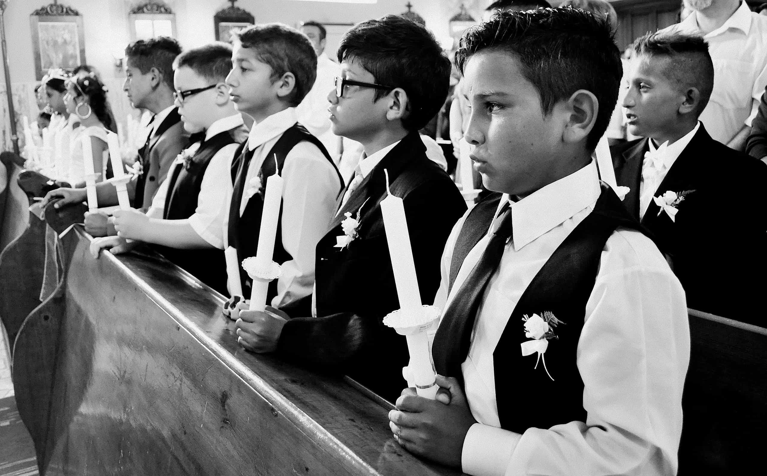 Chlapci pozorne počúvajú pána farára