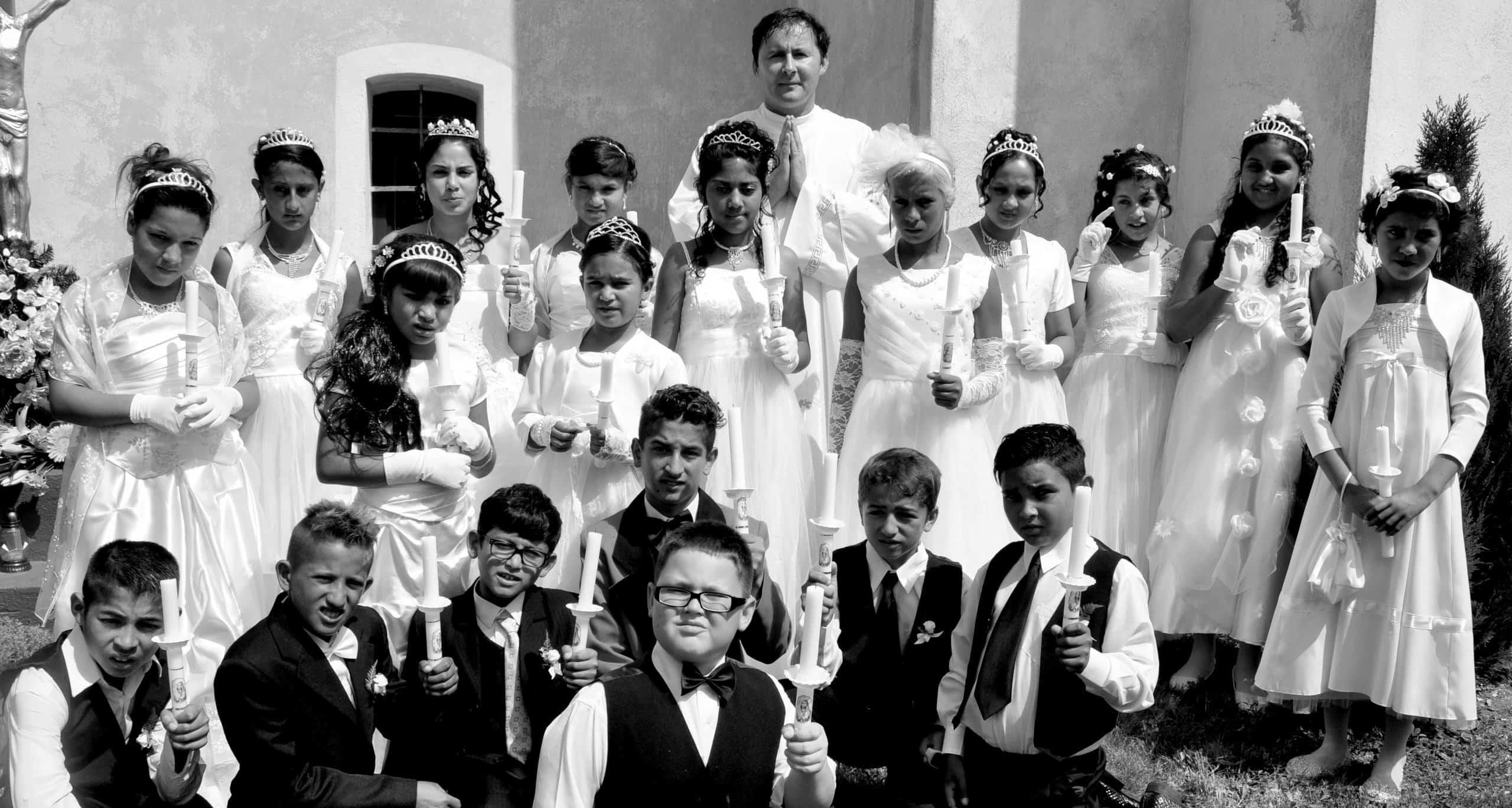 Dievčatá a chlapci z osady Rúbanka na ich Prvom svätom prijímaní